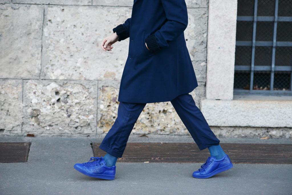 Roberto De Rosa street style MMFW 2016 day 2: Cappotto blu scuro e Kenzo sneakers