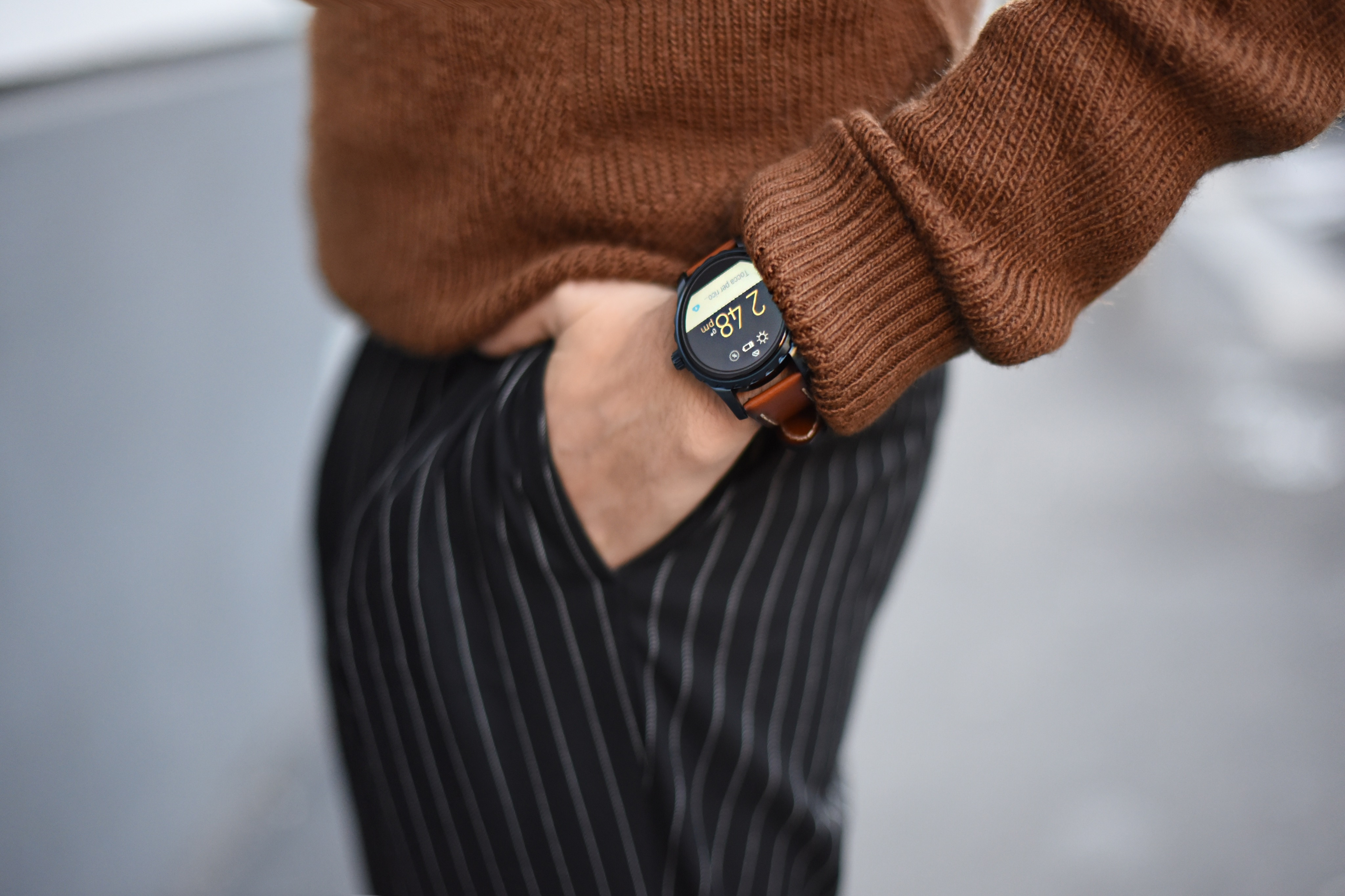 Roberto De Rosa indossa il nuovo orologio touch Fossil Q Marshal in giro per Roma