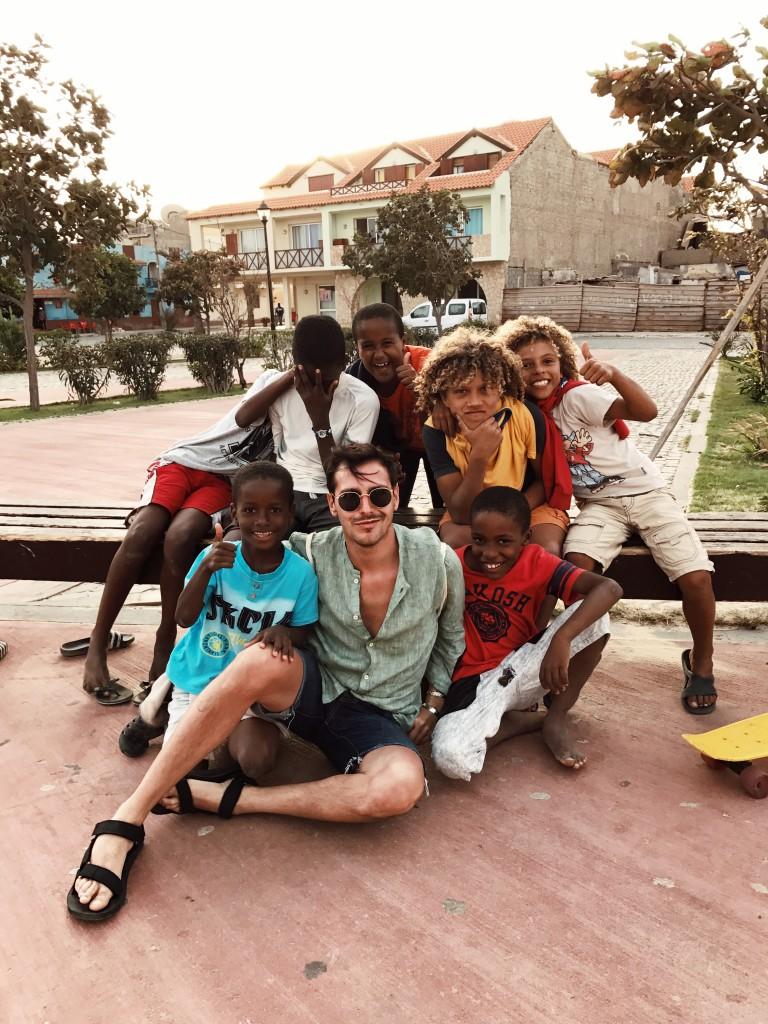 Roberto De Rosa in mezzo ai bimbi capoverdiani sull'Isola di Sal con Cabo Verde Time