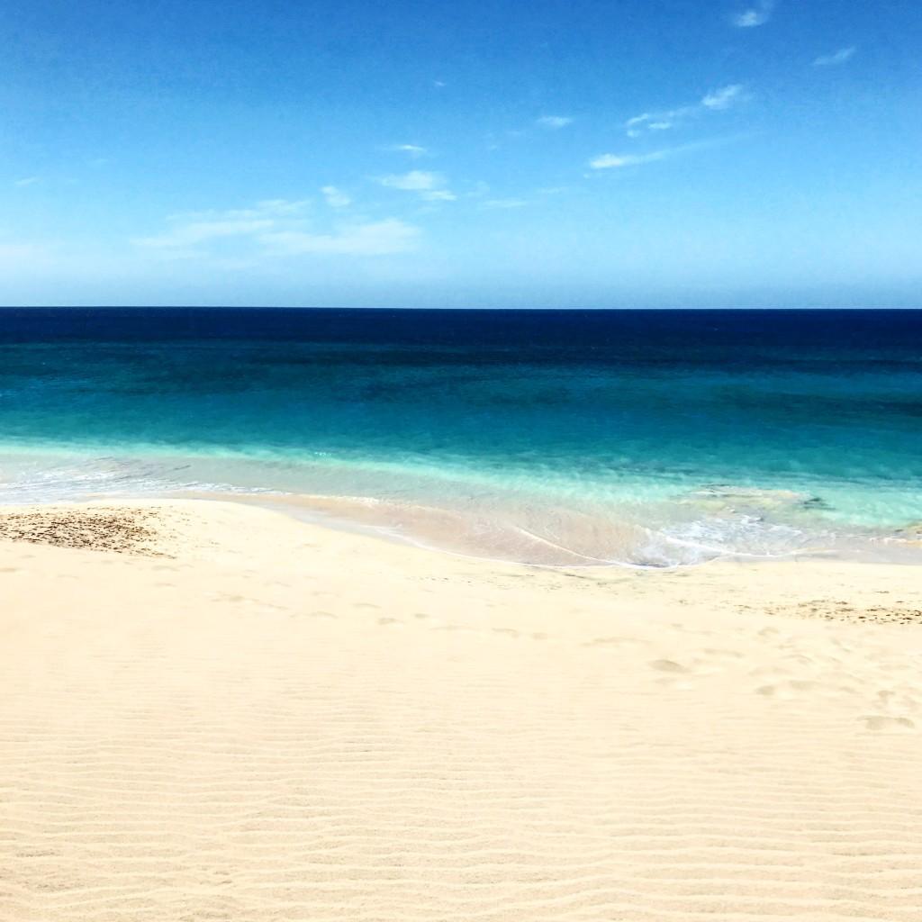 Roberto De Rosa sull'Isola di Sal con Cabo Verde Time - l'oceano