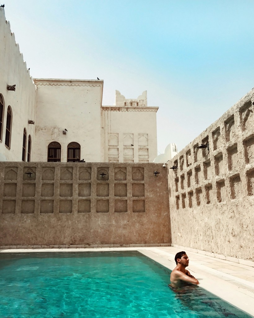 Cosa ho visto a Doha in Qatar - Roberto De Rosa nella piscina del Souq Waqif Boutique Hotels